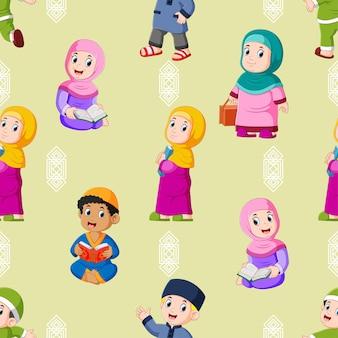 Il modello senza cuciture dei bambini sono seduti e recitano insieme il corano di illustrazione