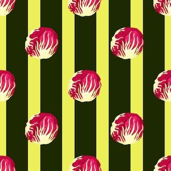 Modello senza cuciture insalata di radicchio su sfondo a strisce scure. ornamento moderno con lattuga rossa. modello di pianta geometrica per tessuto. illustrazione di vettore di progettazione.