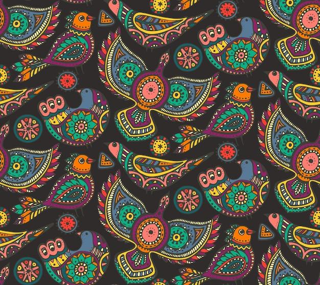Modello senza cuciture con uccelli ornati etnici disegnati a mano colorati.