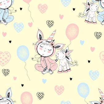 Modello senza cuciture con un bambino carino in pigiama con il suo unicorno giocattolo e palloncini.