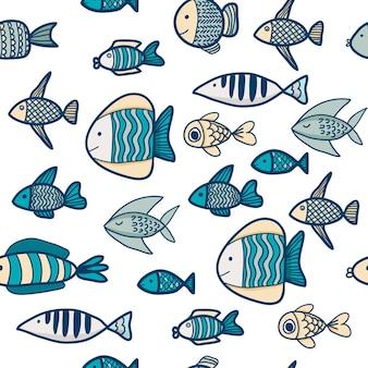 Modello senza cuciture con simpatici pesci e conchiglie su uno sfondo blu scuro