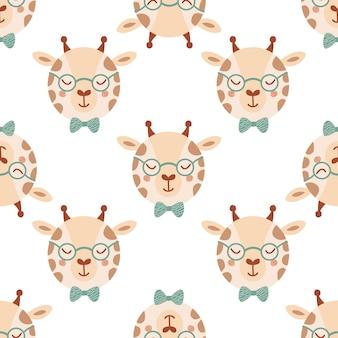 Modello senza cuciture con giraffa carina in occhiali e papillon. sfondo con animali selvatici in stile piatto. illustrazione per bambini. design per carta da parati, tessuto, tessuti, carta da imballaggio. vettore