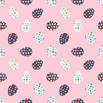 Motivo senza cuciture con uova decorate su sfondo rosa