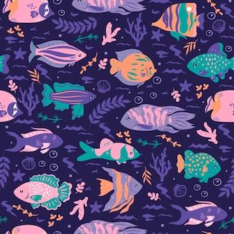 Modello senza cuciture con pesci oceanici su sfondo blu.