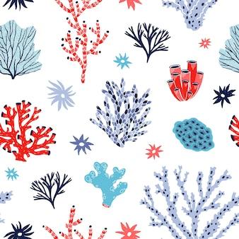 Modello senza cuciture con coralli rossi e blu e alghe o alghe su bianco