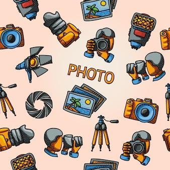 Modello disegnato a mano senza soluzione di continuità con: otturatore e fotocamera, foto, fotografi che sparano, flash, treppiede, riflettore.