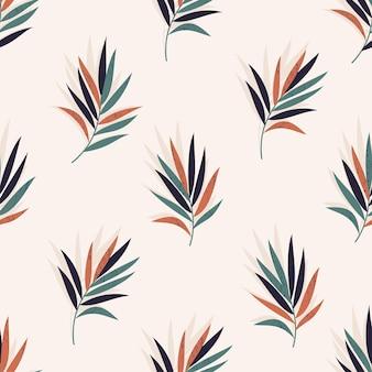 Un modello astratto tropicale senza soluzione di continuità con foglie di palma su sfondo beige