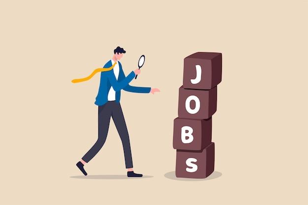Alla ricerca di lavoro, reclutamento o opportunità per il candidato di trovare il lavoro e il datore di lavoro giusti, un uomo d'affari disoccupato intelligente che utilizza la lente d'ingrandimento per guardare una pila di scatole con la parola lavori.