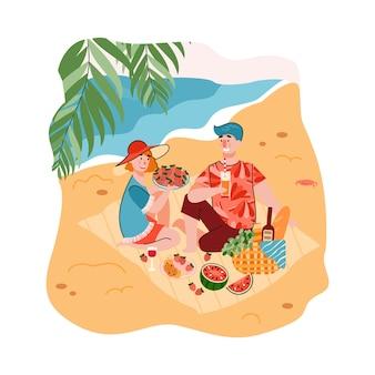 Picnic estivo al mare e scena di ricreazione con giovane uomo e donna che mangiano sulla sabbia in riva al mare
