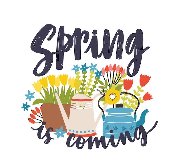 Composizione stagionale con la scritta spring is coming scritta con carattere calligrafico corsivo, fiori primaverili in fiore e piante fiorite
