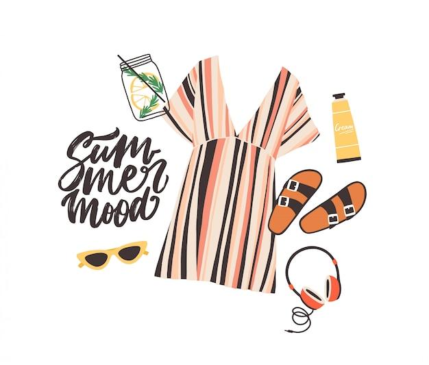 Composizione stagionale con slogan summer mood ed elegante abbigliamento da spiaggia, occhiali da sole, cocktail, cuffie e crema solare