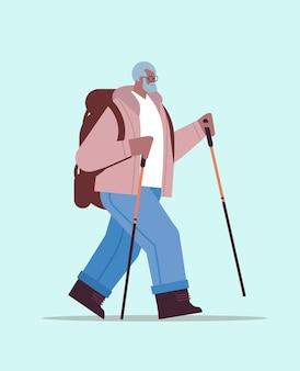 Senior uomo afroamericano escursionista che viaggia con zaino e bastoni per camminare nordic walking attivo concetto di vecchiaia illustrazione vettoriale a figura intera