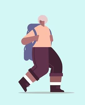 Escursionista senior della donna afroamericana che viaggia con lo zaino attivo attività fisica di vecchiaia concetto illustrazione vettoriale integrale