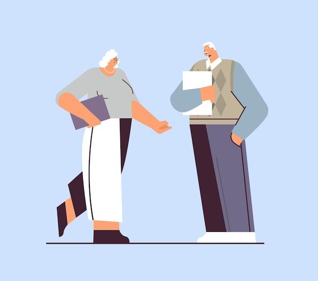 Uomini d'affari senior che discutono durante la riunione uomo d'affari donna coppia in abbigliamento formale in piedi insieme concetto di vecchiaia a figura intera illustrazione vettoriale