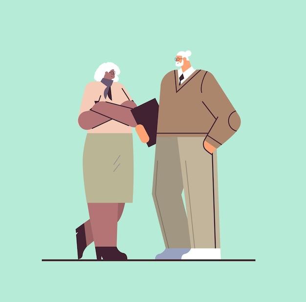 Uomini d'affari senior che discutono durante la riunione mix gara uomo d'affari donna coppia in abbigliamento formale in piedi insieme concetto di vecchiaia a figura intera illustrazione vettoriale