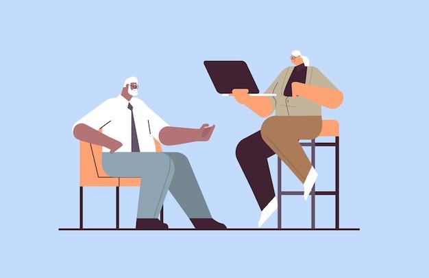Uomini d'affari senior che discutono durante la riunione mix gara uomo d'affari donna coppia in abiti formali che lavorano insieme concetto di vecchiaia a figura intera illustrazione vettoriale