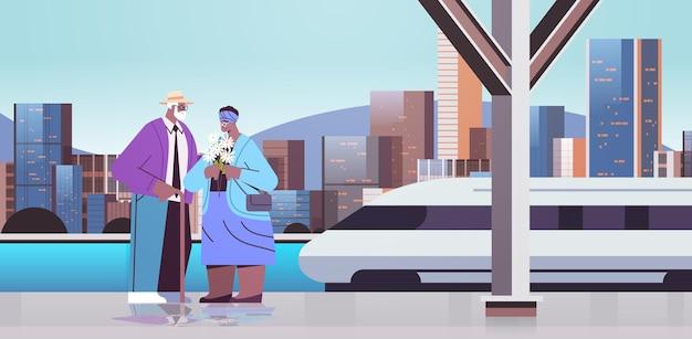 Coppia senior con fiori che hanno un appuntamento sulla stazione ferroviaria nonni afroamericani che trascorrono del tempo insieme illustrazione vettoriale orizzontale a figura intera sullo sfondo del paesaggio urbano