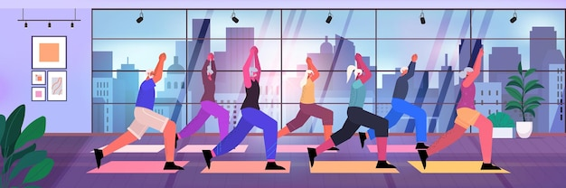 Gruppo di persone anziane che fa squat sulla piattaforma a gradini uomini anziani donne che si allenano in palestra allenamento aerobico stile di vita sano concetto di vecchiaia attiva orizzontale a figura intera illustrazione vettoriale