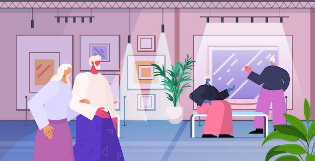 Persone anziane che visitano la galleria d'arte uomini anziani donne visitatori che guardano mostre nel museo concetto di vecchiaia illustrazione vettoriale orizzontale