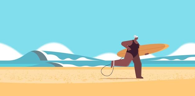 Donna anziana con tavola da surf surfista femminile invecchiato che tiene tavola da surf vacanze estive concetto di vecchiaia attiva orizzontale illustrazione vettoriale integrale