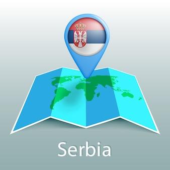 Serbia bandiera mappa del mondo nel pin con il nome del paese su sfondo grigio