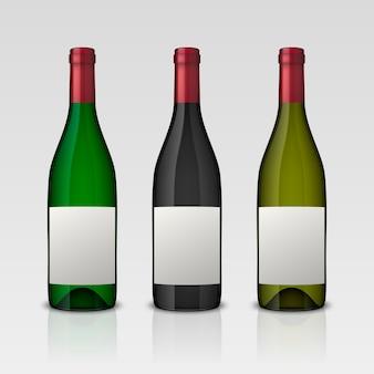 Set di 3 bottiglie di vino realistiche con etichette vuote isolate su sfondo bianco.