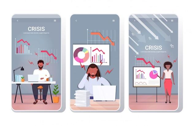 Impostare imprenditori arrabbiati analizzando i grafici verso il basso freccia economica che cade crisi finanziaria concetto di fallimento schermi telefonici raccolta mobile app orizzontale