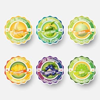 Set di banana, mela verde, melone, melone, ananas, mirtillo, lime, succo di frutta, frullato, latte, cocktail e spruzzi di etichette fresche. adesivo, illustrazione del concetto di pubblicità.