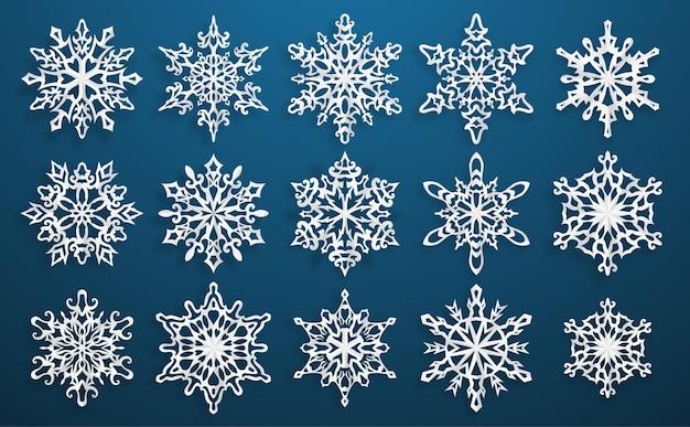 Set di bei fiocchi di neve di natale di carta complessa con ombre morbide sul blu