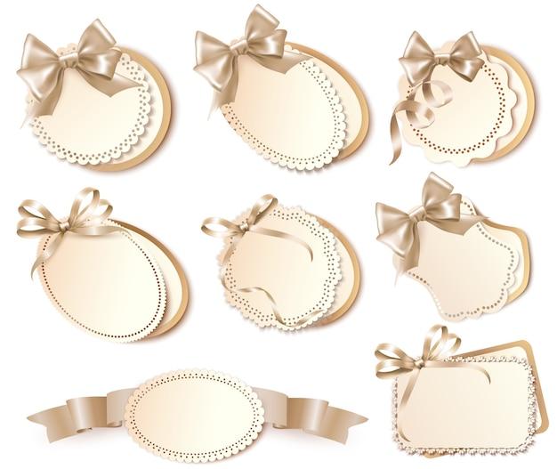 Set di bellissime carte regalo con fiocchi e nastri