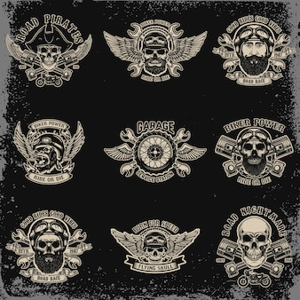 Set di emblemi del motociclista. teschio da corsa con pistoni incrociati. sport motoristico estremo. elementi per logo, etichetta, emblema, segno. illustrazione