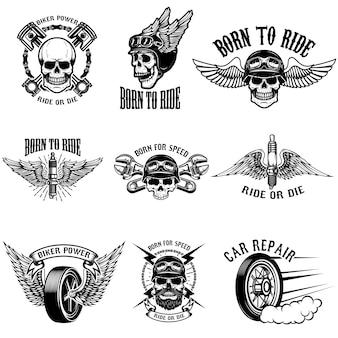 Insieme degli emblemi del motociclista su fondo bianco. teschi di corridori con le ali. strumenti di riparazione auto, pistoni, ruote. illustrazioni.