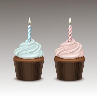 Set di cupcake compleanno con panna montata rosa azzurro e una candela da vicino sullo sfondo