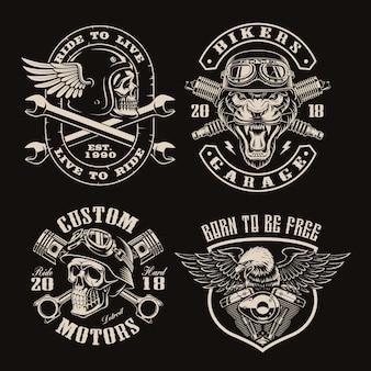 Set di emblemi di motociclisti vintage in bianco e nero su oscurità