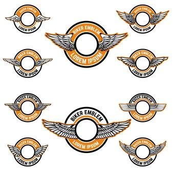 Set di emblemi in bianco con le ali. modelli di etichette per biker club, community di piloti. illustrazione