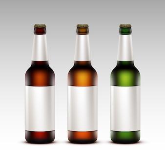 Set di bottiglie di birra scura con etichette bianche