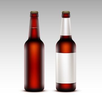 Set di bottiglie di birra scura con senza etichette bianche