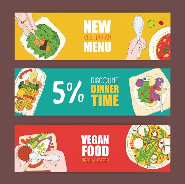 Set di modelli di banner orizzontali colorati luminosi con piatti vegetariani disegnati a mano e cibo vegano