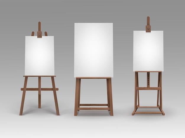 Set di cavalletti in legno marrone con mock up tele verticali vuote vuote isolate su priorità bassa
