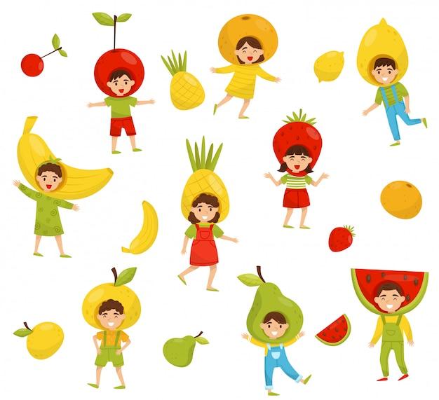Insieme di bambini in diversi cappelli di frutta. personaggi dei cartoni animati per bambini in costumi colorati. tema della scuola materna