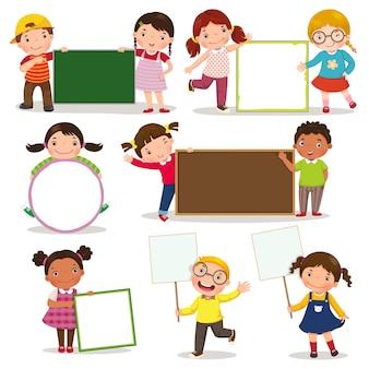 Insieme dei bambini che tengono i segni in bianco