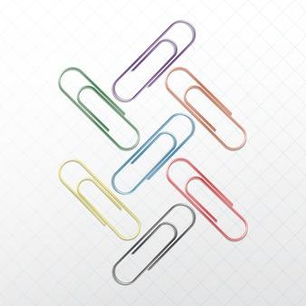 Set di graffette colorate su sfondo bianco