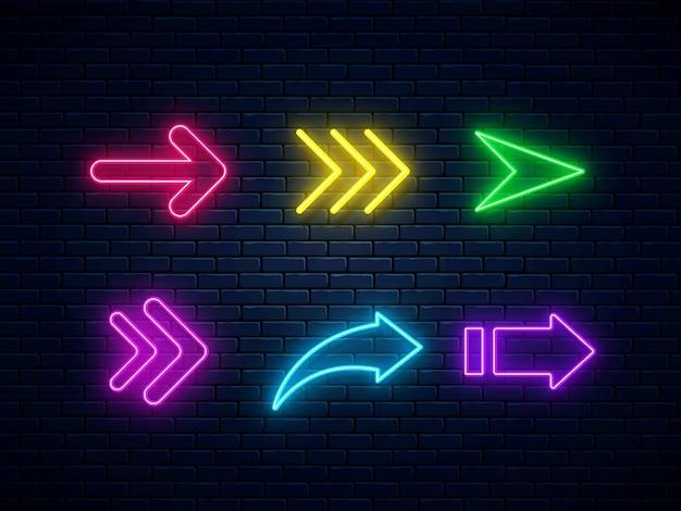 Set di frecce al neon colorate, icone web. collezione di segni di freccia al neon.