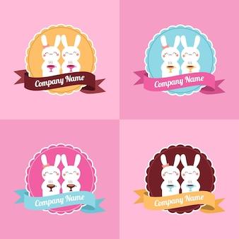 Set di simpatici modelli di logo cafe o bakery con vettore di coppia coniglio o coniglietto in sfondo rosa