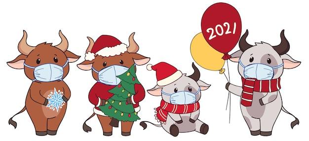 Insieme delle mucche sveglie del fumetto che portano mascherina medica e costume di natale. Vettore Premium