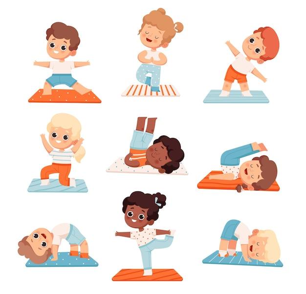 Set di simpatici bambini allegri che fanno yoga e aerobica a scuola o a lezione di yoga
