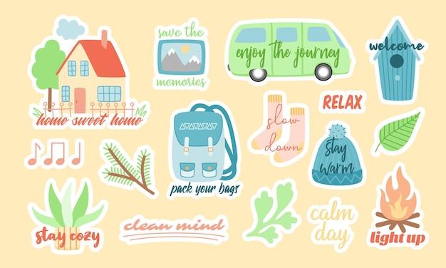 Set di simpatici adesivi colorati vettoriali di vari simboli di viaggio e campeggio durante le vacanze o il fine settimana con iscrizioni