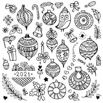 Set di simpatici ornamenti di palle di natale disegnati a mano e altri elementi di natale isolati su priorità bassa bianca.