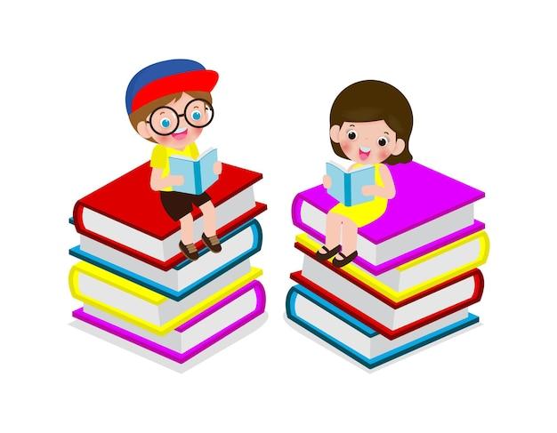 Set di simpatici scolari piccoli seduti e leggendo un libro su una pila di libri, allievo felice leggendo un libro in cima a un mucchio di libri, i bambini tornano a scuola, illustrazione isolato