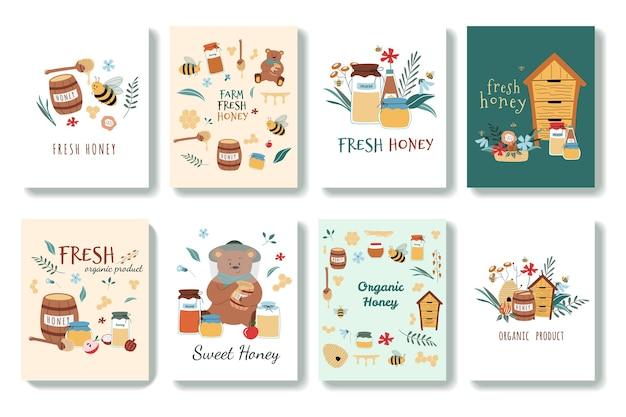 Set di cartoline carine in stile cartone animato. ci sono api, miele fresco, barattoli, alveare, cucchiaio di miele, fiori, orso, favo. disegnato a mano . isolato su sfondo.